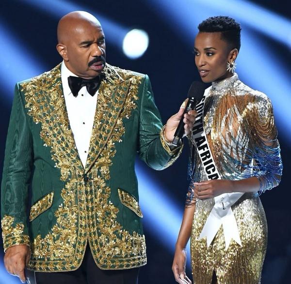 Người đẹp Nam Phi chọn đôi bông tai hình mặt trời làm phụ kiện cho phần thi trang phục dạ hội và ứng xử.