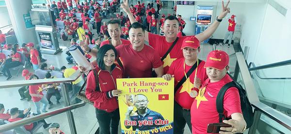 Trước thềm chung kết SEA Games, Phương Thanh rủ '500 anh em' nhuộm đỏ sân bay, sang Philippines cổ vũ tuyển Việt Nam 2