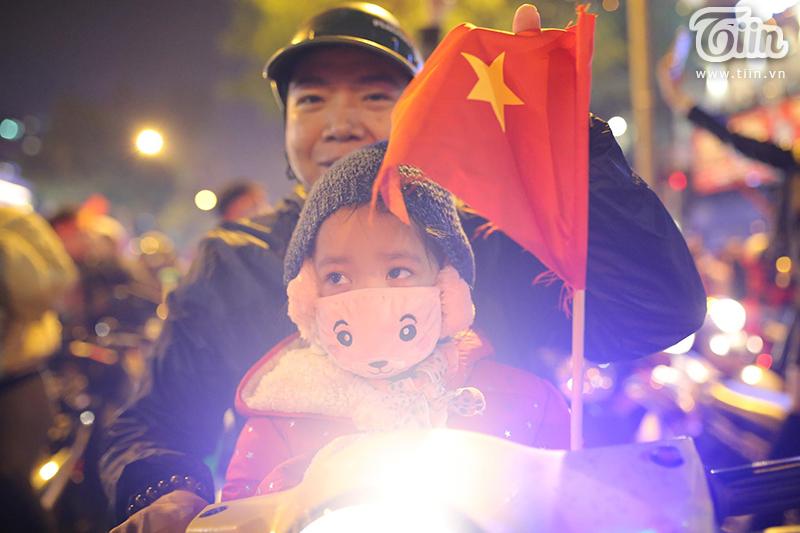 Hàng vạn CĐV Hà Nội nhiều độ tuổi, nhiều quốc tịch cùng nhau diễu hành chúc mừng thầy trò Park Hang-seo ghi thêm chiến công lịch sử.