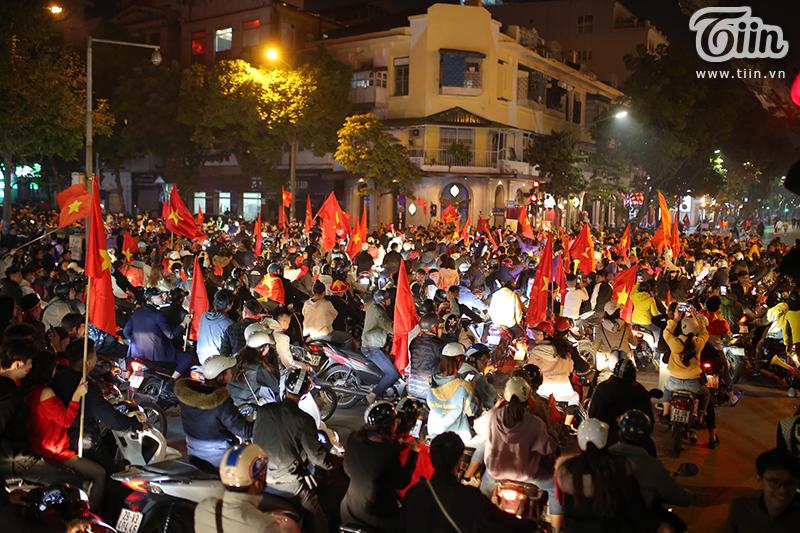 Hoà cùng niềm vui chiến thắng của U22 Việt Nam, CĐV Việt đổ ra đường ngày một đông