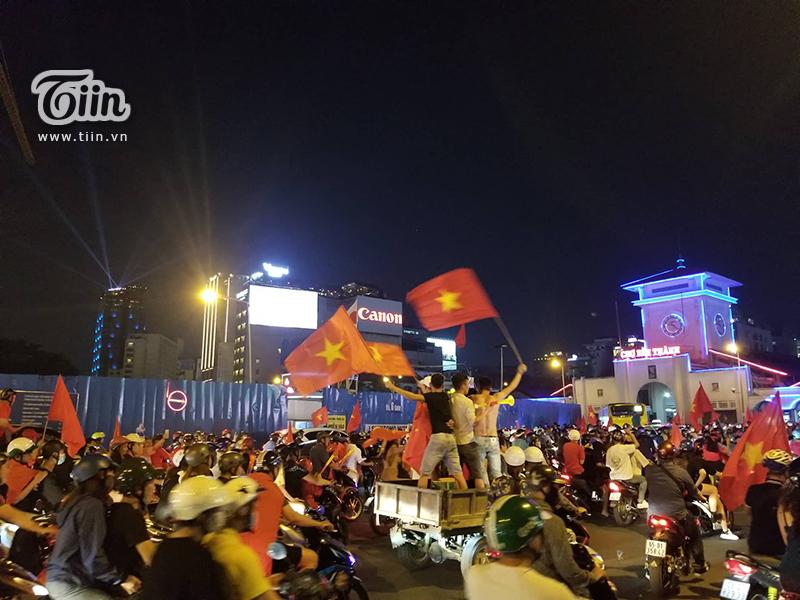 khu vực xung quanh chợ Bến Thành (quận 1, TP.HCM), người dân cũng đã đổ ra kín đường.