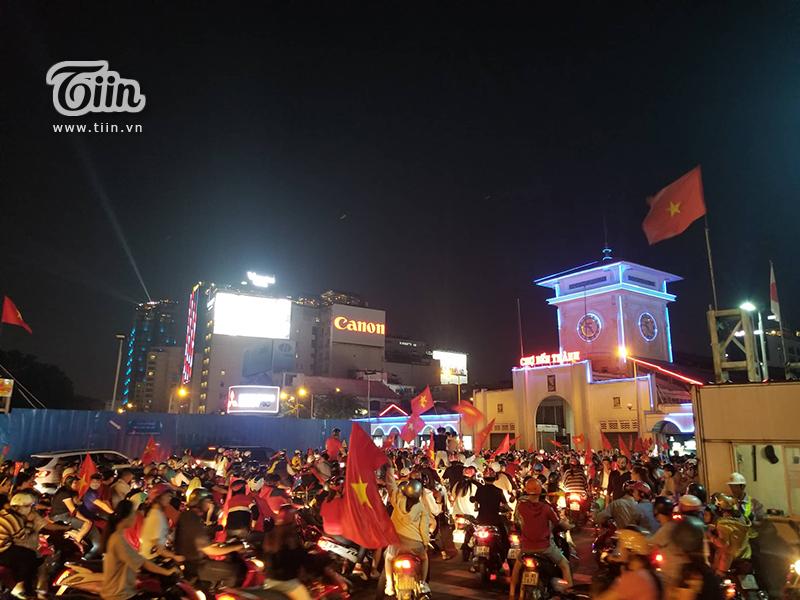 Người dân Sài Gòn mang theo cờ và những dụng cụ để cổ vũ, ăn mừng.