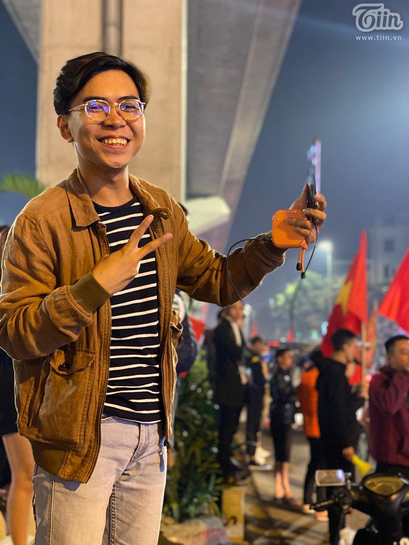 Hiện tượng mạng xuất hiện trên phố phường Hà Nội nhân dịp đi bão mừng U22 chiến thắng
