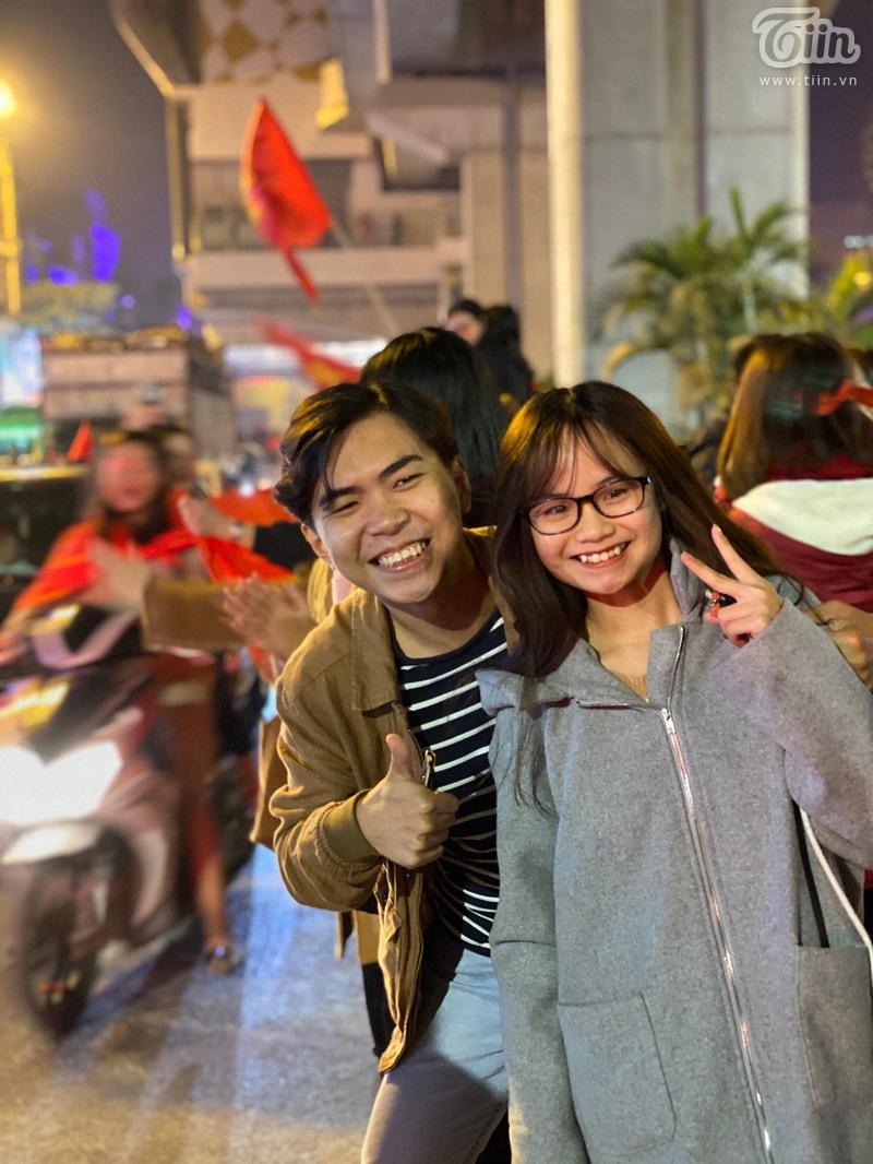 Minh Dự tranh thủ chụp ảnh cùng người hâm mộ