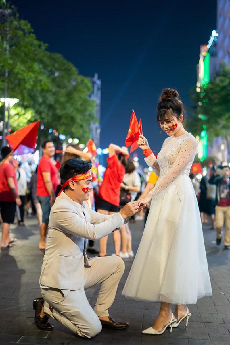 Cặp đôi thể hiện tình yêu bằng cách thực hiện bộ ảnh cưới trongkhoảnh khắc Việt Nam vô địch