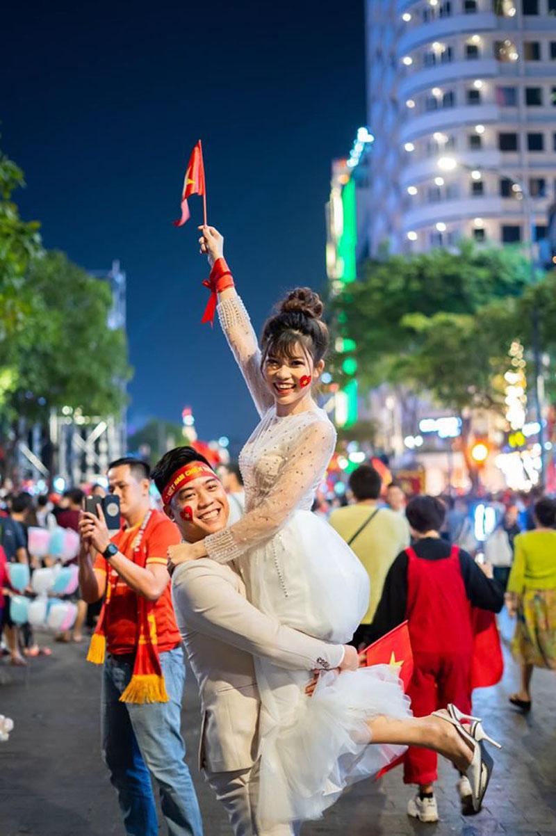 Chụp ảnh cưới đúng ngày Việt Nam vô địch SEA Games, cặp đôi được hàng nghìn người đi bão hò reo chúc mừng 2