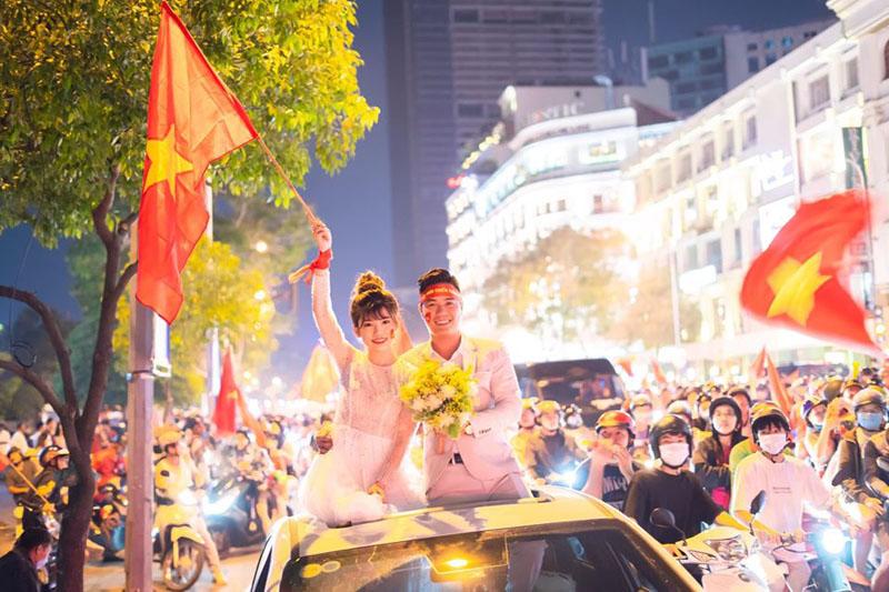 Hàng ngàn người vừa đi 'quẩy' vừa chúc phúc cho cặp đôi
