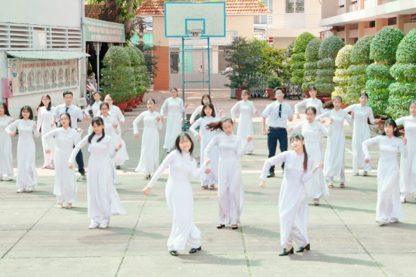 Nhóm nhạc SGO48 mang 1200 người vào MV Thất tình tích cực 2