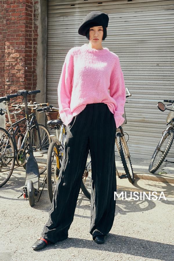 Nếu bạn đang có ý định sắm thêm một chiếc áo len để diện trong mùa đông này thì thiết kế cổ tròn tông hồng phấn ngọt ngào, trẻ trung này chính là một gợi ý tuyệt vời.