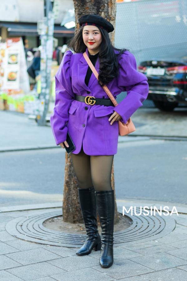 Màu tím rịm sẽ chẳng còn 'dừ' nữa khi được phối ăn ý cùng tông đen cá tính. Công thức blazer + boots da + mũ nồi của cô nàng trong hình rất đáng để bạn thử nghiệm.