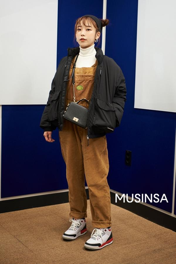 Cô bạn này lại 'ăn gian' được kha khá tuổi nhờ combo quần yếm, áo cổ lọ và áo khoác dáng ngắn.