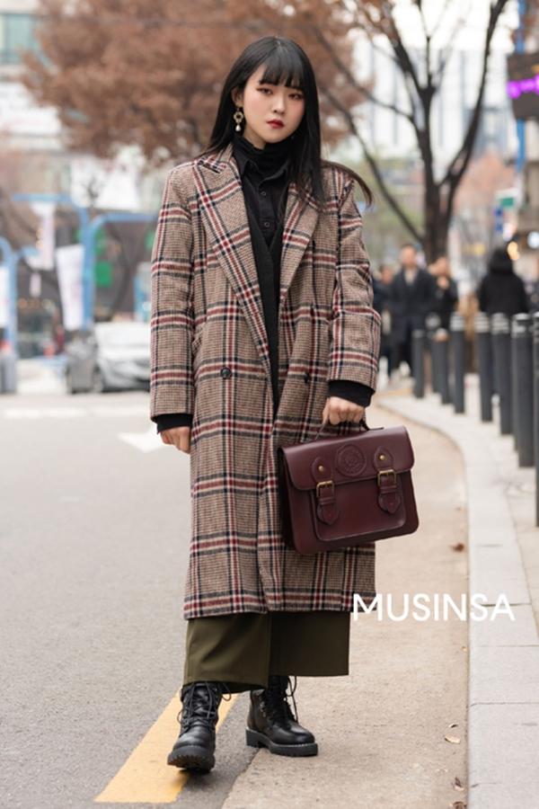 Không phải ngẫu nhiên mà áo dạ họa tiết kẻ trở thành item được các fashionista đặc biệt ưu ái mùa đông này. Lý do lớn nhất là item này có thể khiến mọi set đồ của bạn trông sang chảnh và nổi bật hơn hẳn so với những chiếc áo khoác dạ trơn màu.