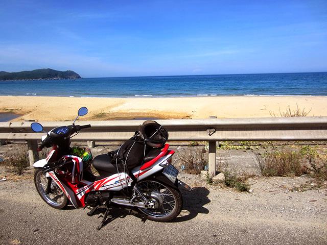 Chỉ cần một chiếc xe máy, bạn đã có thể tự mình trải nghiệm những vẻ đẹp tuyệt diệu của mảnh đất Quảng Ngãi