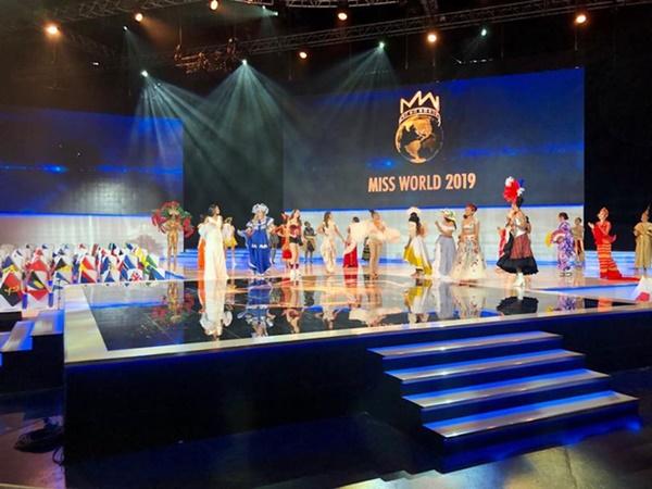 Các thí sinh mở màn với phần thi Dance of The World đầy sôi động.