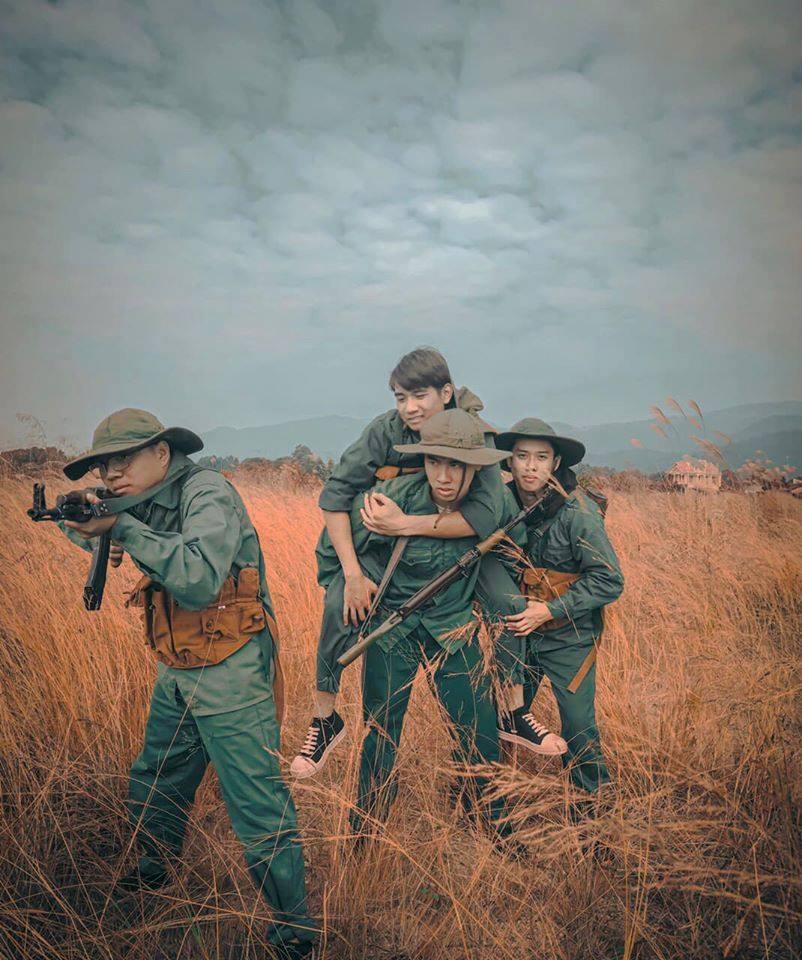 Đi học quân sự thôi mà nhóm bạn cũng tậu được bộ ảnh siêu ngầu như PUBG phiên bản đời thực 2