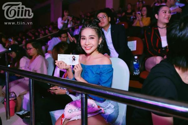 Khả Như xinh đẹp lộng lẫy khi đến tham dự concert của cô bạn thân thiết.