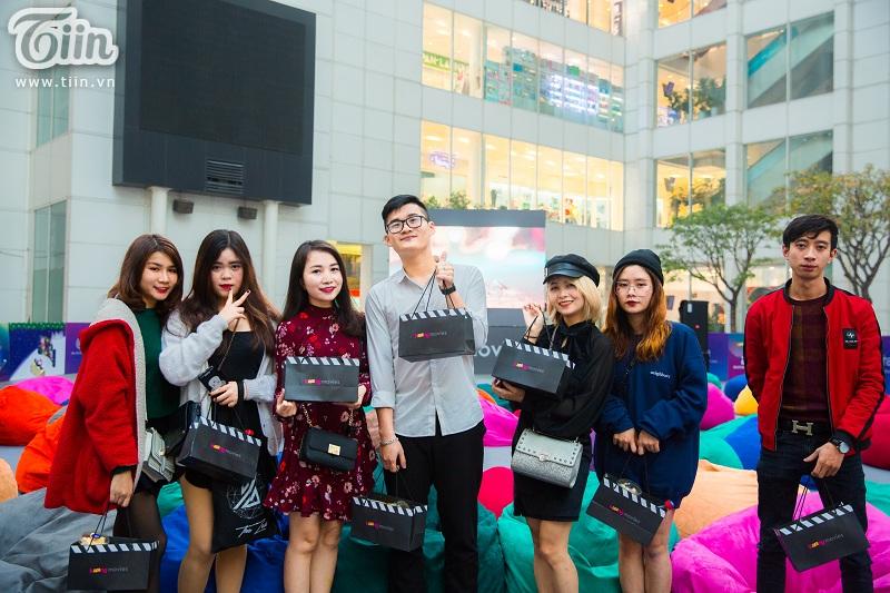 Dàn streamer đổ xô tới sự kiện Giáng sinh cùng người lạ. Từ trái qua phải: Hong Han Quoc, Cáo Miho, Min, Tiểu Cường, Tiểu Yết Yết , Nam Anh (áo đỏ).
