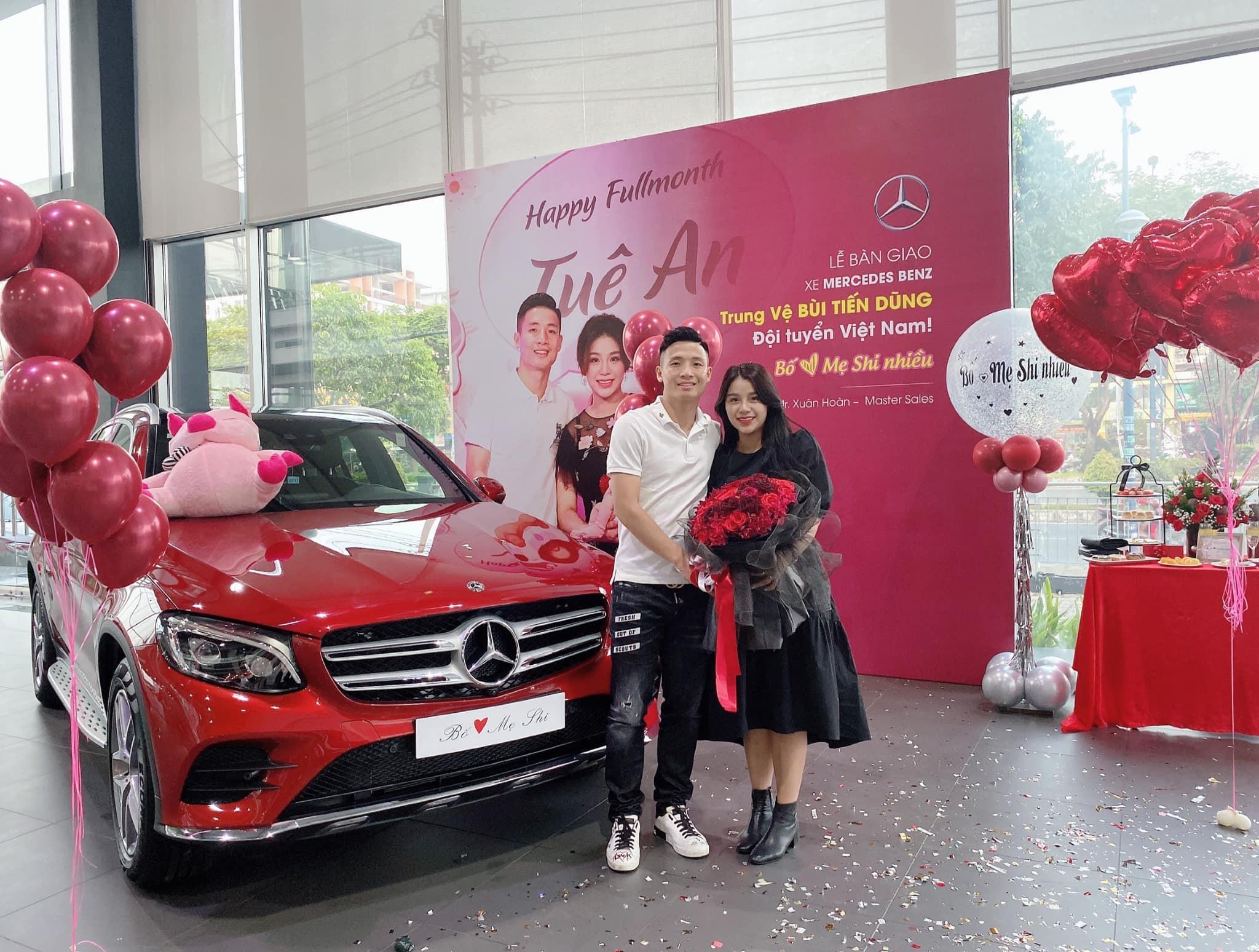 Trung vệ Bùi Tiến Dũng 'mạnh tay' chi 2 tỷ mua Mercedes tặng vợ: 'Thấy em vui vẻ là điều tuyệt vời nhất rồi' 0