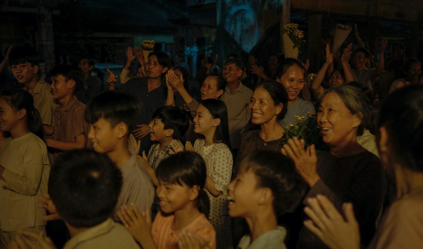 Hình ảnh người dân trong đêm ghi hình bối cảnh chợ đêm Đo Đo