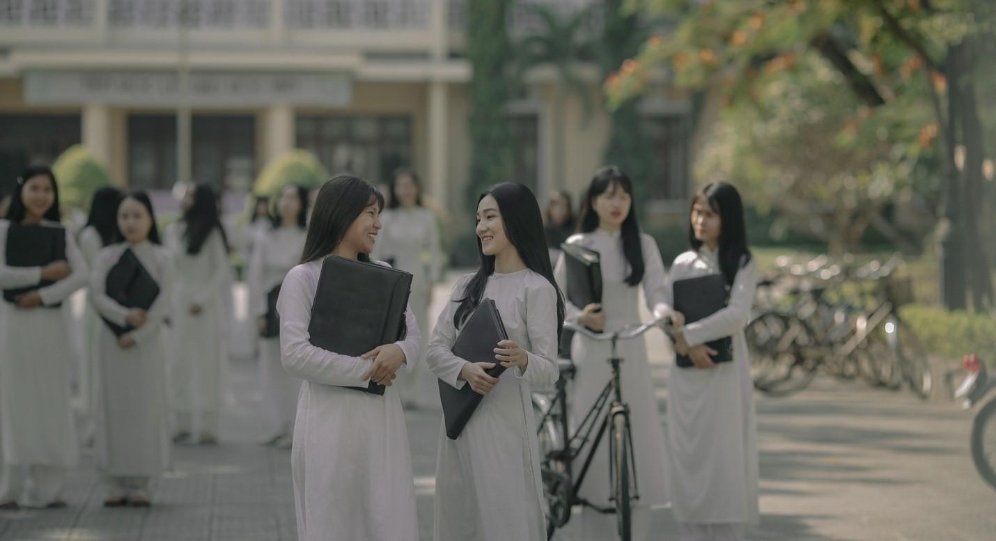 Các bạn nữ sinh Huế trong trang phục áo dài tinh khôi của những năm 70