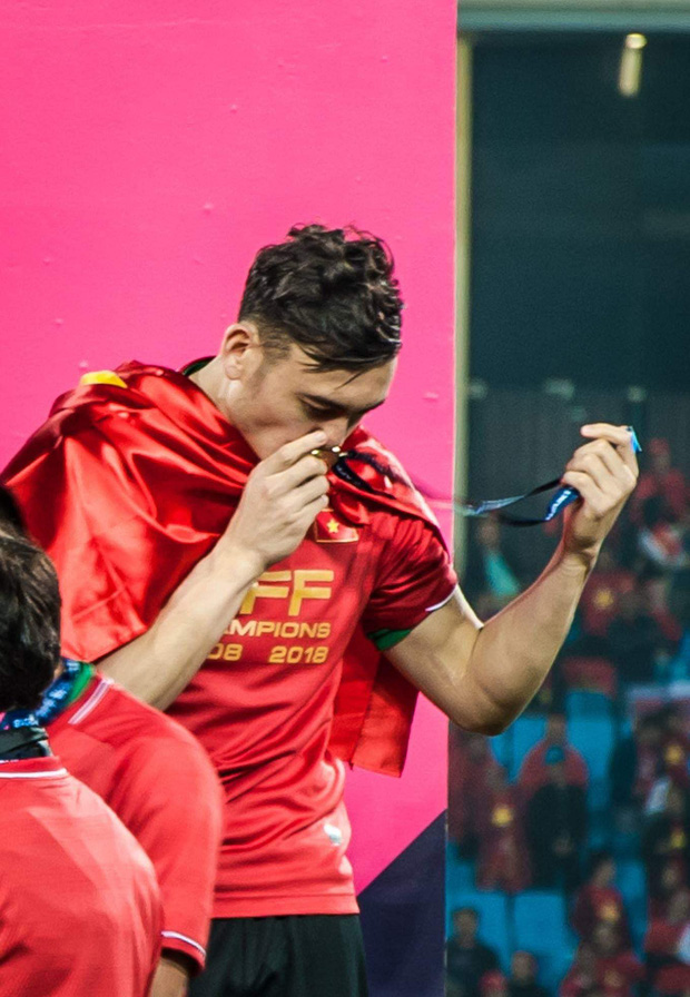 Đặng Văn Lâm đăng ảnh kỷ niệm 1 năm chiến thắng tại AFF cup giữa scandal lộ ảnh nóng.