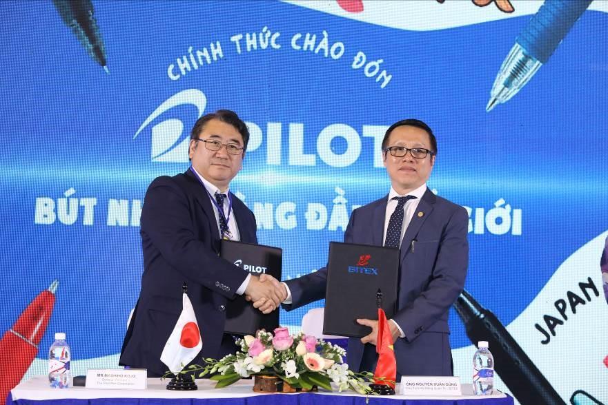 Ông Nguyễn Xuân Dũng - Chủ tịch HĐQT BITEX và đại diện đến từ Pilot cùng kí thõa thuận hợp tác.