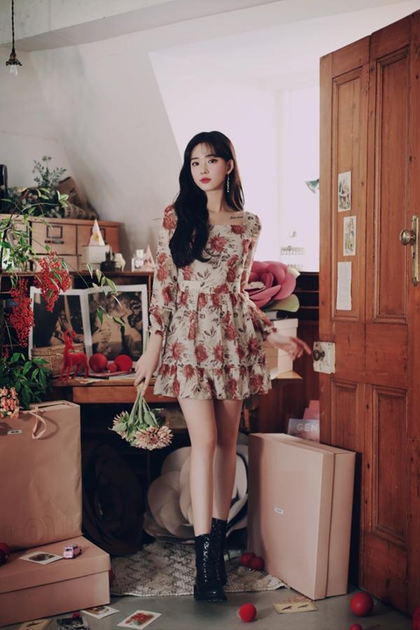 Nếu những mẫu váy hoa dáng midi khiến người mặc toát lên vẻ dịu dàng, đằm thắm thì váy hoa ngắn trên gối lại mang dáng dấp của vẻ hiện đại, quyến rũ.