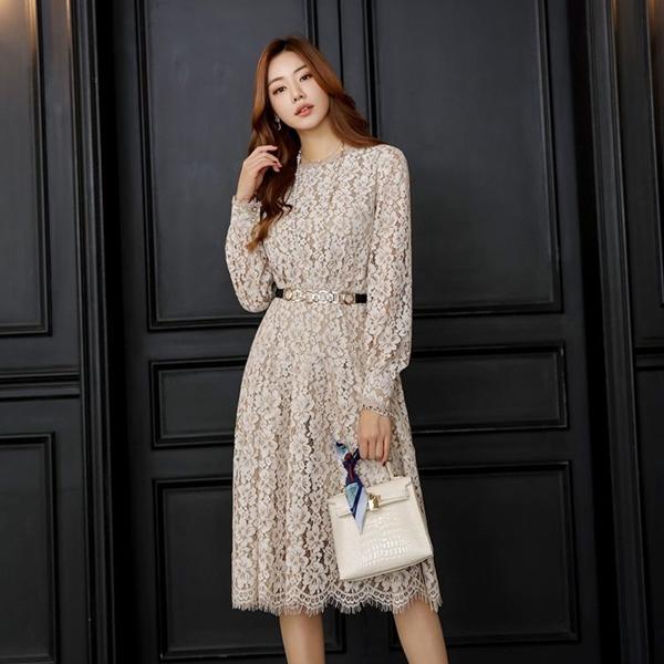 Ren vẫn luôn là một niềm cảm hứng bất tận của phái đẹp. Những mẫu váy ren dường như chưa bao giờ có dấu hiệu bị lỗi thời, khi suốt từ năm này đến năm khác, cho dù có bao nhiêu xu hướng ra đời thì váy ren vẫn có chỗ đứng nhất định trong lòng các cô nàng yêu thời trang.