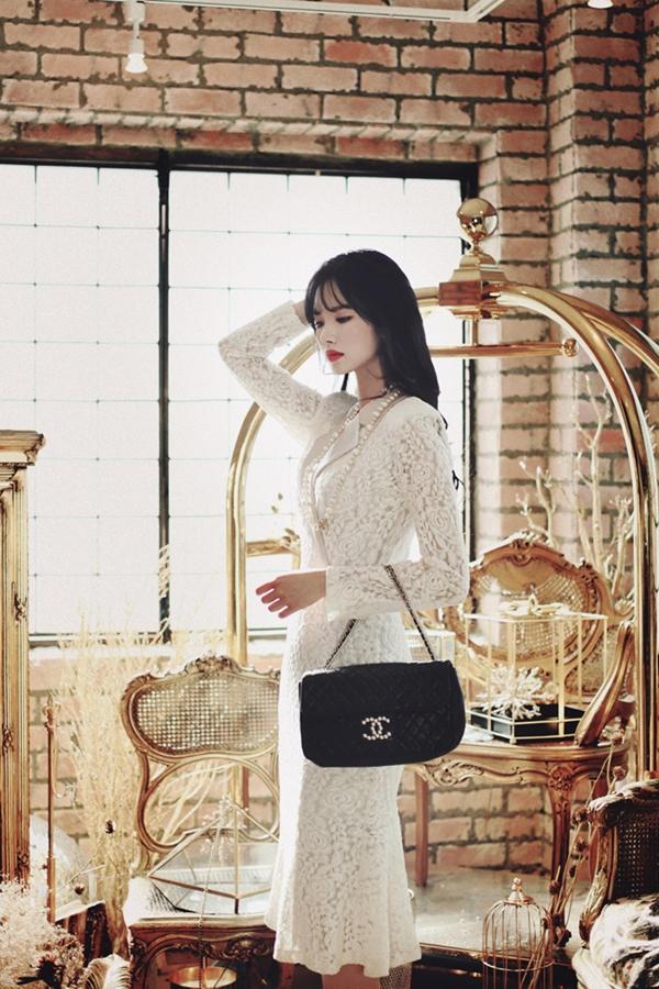 Đầm ren trắng tinh khôi toát lên vẻ sang trọng, thanh lịch là lựa chọn được nhiều cô nàng ưu ái nhất.