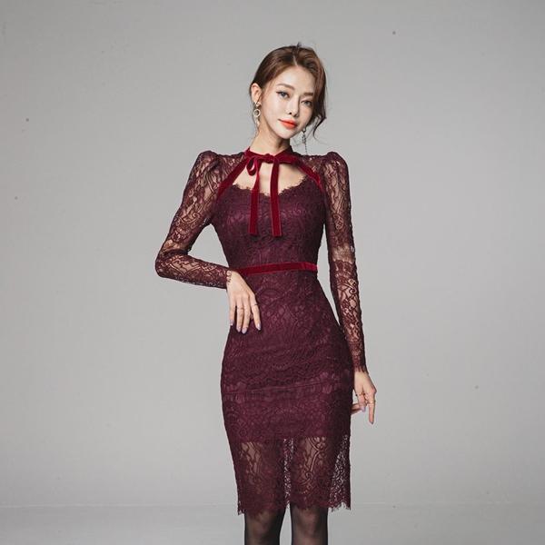 Trong khi đó những mẫu váy ren phủ sắc đỏ lại mang vẻ kiêu kỳ sang chảnh những không kém phần quyến rũ, rất phù hợp với những cô nàng yêu thích sự nổi bật.