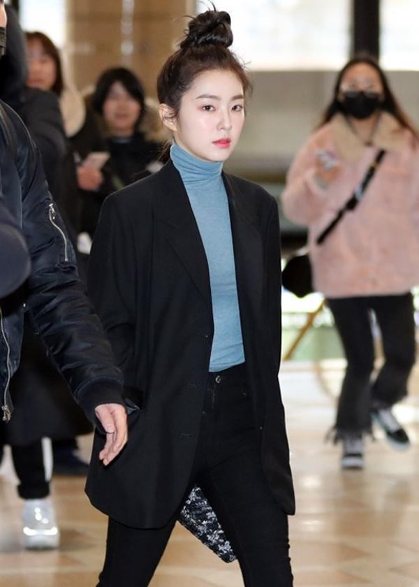 Mỹ nhân SM luôn lựa chọn các bộ trang phục đơn sắc, đa số là các item tối màu sẽ có khả năng giúp đôi chân thon gọn và 'cảm giác' dài hơn bình thường.