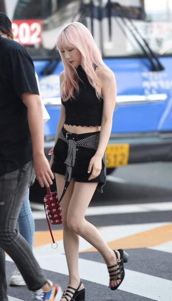 Taeyeon là sao Hàn mà các cô gái 'chân ngắn' nên học hỏi về cách 'lên đồ'. Trưởng nhóm SNSD thường lựa chọn những bộ trang phục đơn giản nhưng có tính hiệu quả cao. Điển hình như 'combo' quần short/quần ống rộng và áo crotop được Taeyeon áp dụng thường xuyên mỗi khi cô xuất hiện ở sân bay.