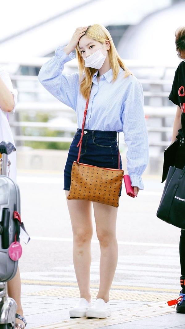 Dường như Dahyun là 'fan ruột' của cách phối đồ gồm chân váy ngắn + áo sơ mi/áo phông. Không khó để bắt gặp nữ Idol diện outfit này mỗi khi xuất hiện tại sân.