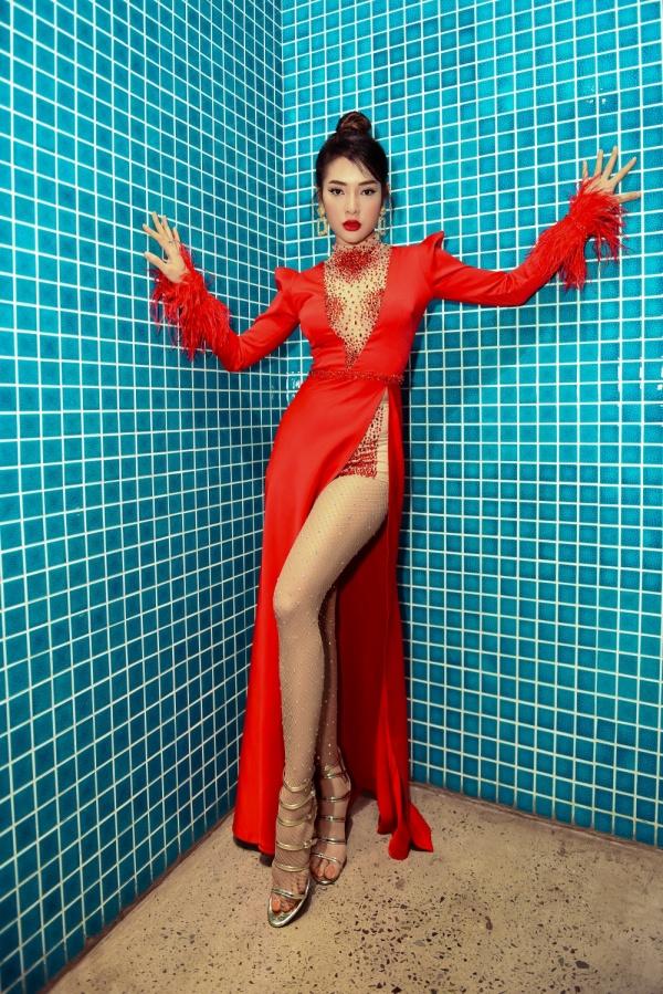 Diện váy đỏ rực khoe chân dài miên man, Phương Trinh Jolie tất bật chạy show 0