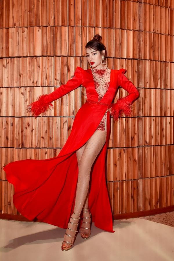 Diện váy đỏ rực khoe chân dài miên man, Phương Trinh Jolie tất bật chạy show 1