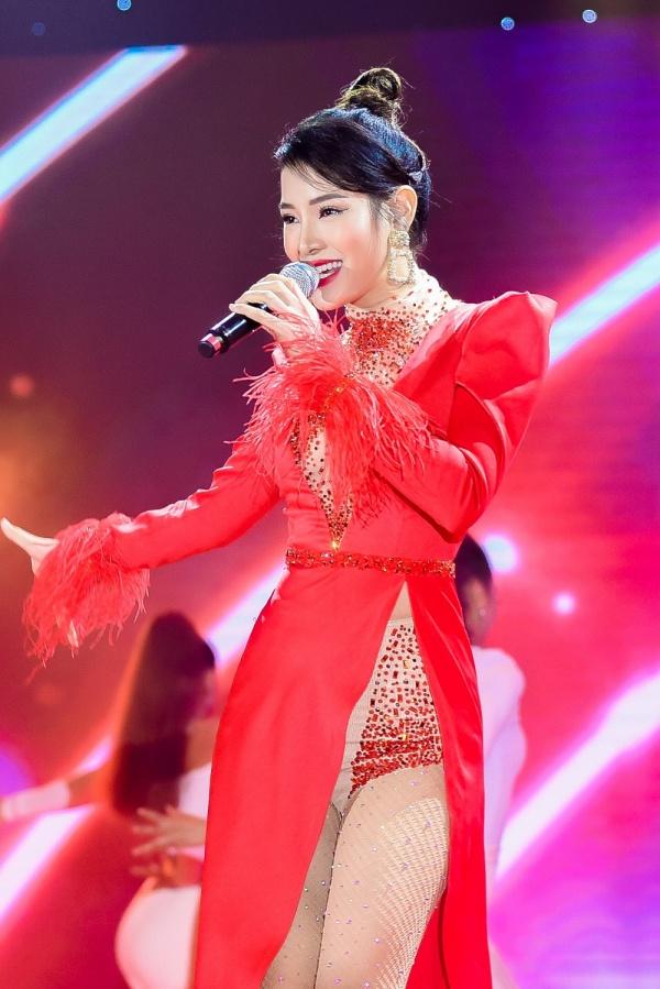 Diện váy đỏ rực khoe chân dài miên man, Phương Trinh Jolie tất bật chạy show 2