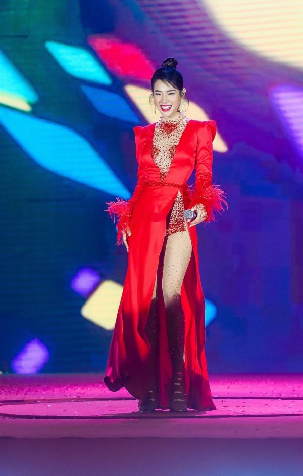 Diện váy đỏ rực khoe chân dài miên man, Phương Trinh Jolie tất bật chạy show 4