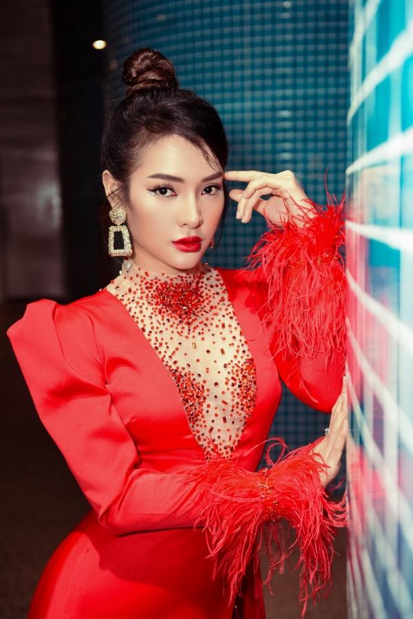 Diện váy đỏ rực khoe chân dài miên man, Phương Trinh Jolie tất bật chạy show 3