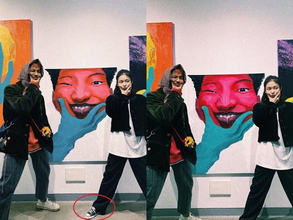 Jennie sau đó đã đăng tải ảnh mới (bên phải) cắt bỏ sự xuất hiện của đôi giày.