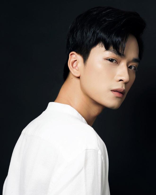 Nam diễn viên gây ấn tượng bởi gương mặt điển trai cùng đôi mắt buồn, si tình khiến nhiều fan girl 'chết chìm'.