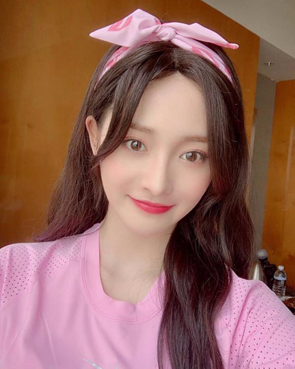 Hai cô nàng Wonyoung (IZ*ONE) và Kyungkyuldiện tông hồng ton-sur-ton từ trang phục, style trang điểm và băng đô cài tóc được đông đảo dân mạng dành lời khen.