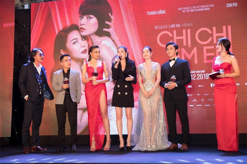 Nhà sản xuất Will Vũ (áo xám - thứ hai từ trái qua) cùng ê kíp chia sẻ về bộ phim Chị Chị Em Em trong buổi công chiếu - Ảnh: Muse Films