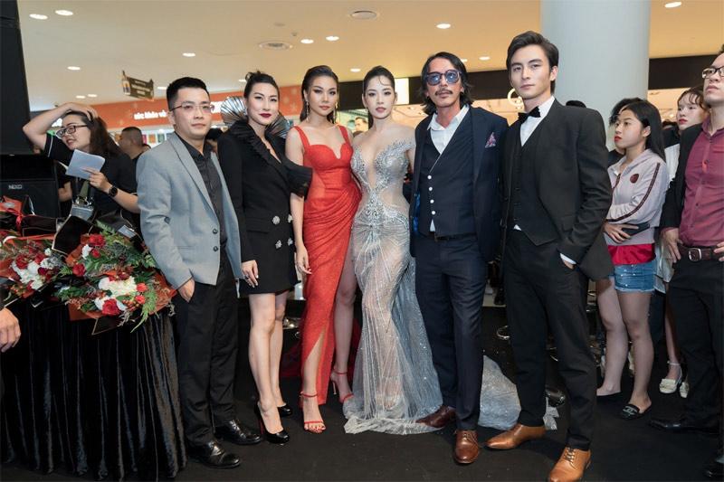 Nhà sản xuất Will Vũ (ngoài cùng bên trái) cùng ê-kíp phim Chị Chị Em Em