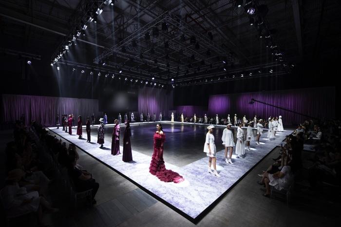 Hoa hậu Hoàn vũ Riyo Mori, Khả Trang catwalk thần thái trong show diễn của NTK Công Trí 1
