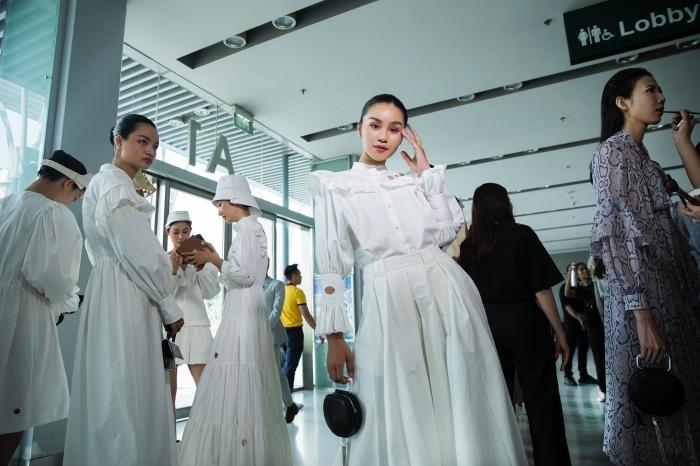Hoa hậu Hoàn vũ Riyo Mori, Khả Trang catwalk thần thái trong show diễn của NTK Công Trí 0
