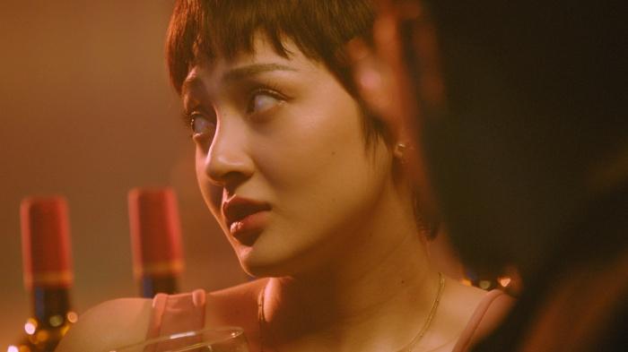 Tung teaser Lười yêu, Bảo Anh gây sốc với nụ hôn 'chị chị em em' nóng bỏng mắt 1