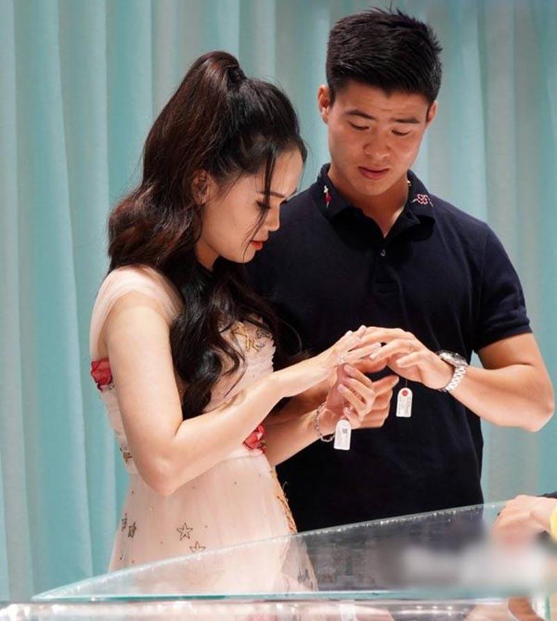 Mới đây, hình ảnh Duy Mạnh và bạn gái đi mua nhẫn kim cương cũng khiến không ít người quan tâm