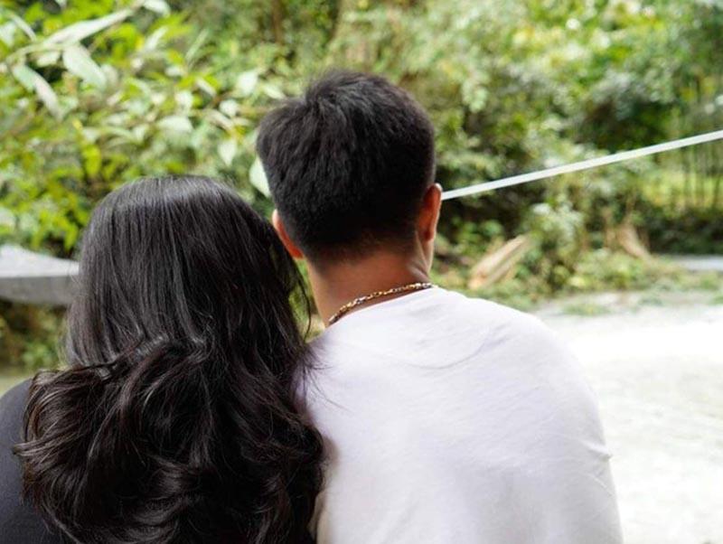 Hình ảnh úp mở chuyện tình cảm của cặp đôi