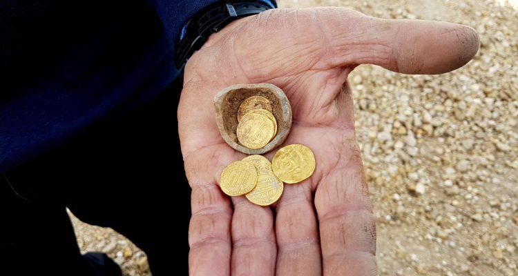 Các nhà khảo cổ Israel đã tìm thấy 7 đồng tiền vàng cất trong một chiếc bình đất sét đã vỡ tại Yavne. Ảnh: worldisraelnews.com