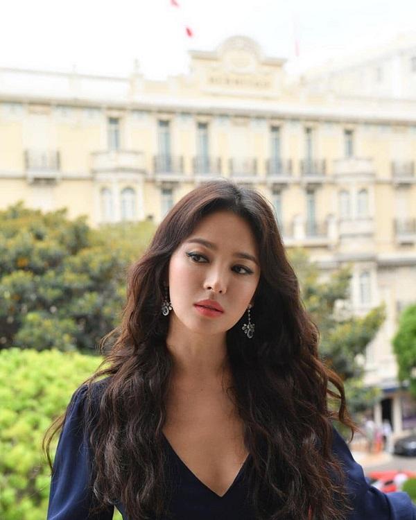 'Cặp đôi thế kỉ' Song Joong Ki - Song Hye Kyo sau 7 tháng ly hôn: Người 'phủ sóng' thương hiệu thời trang, kẻ lui về ở ẩn tránh thị phi 1